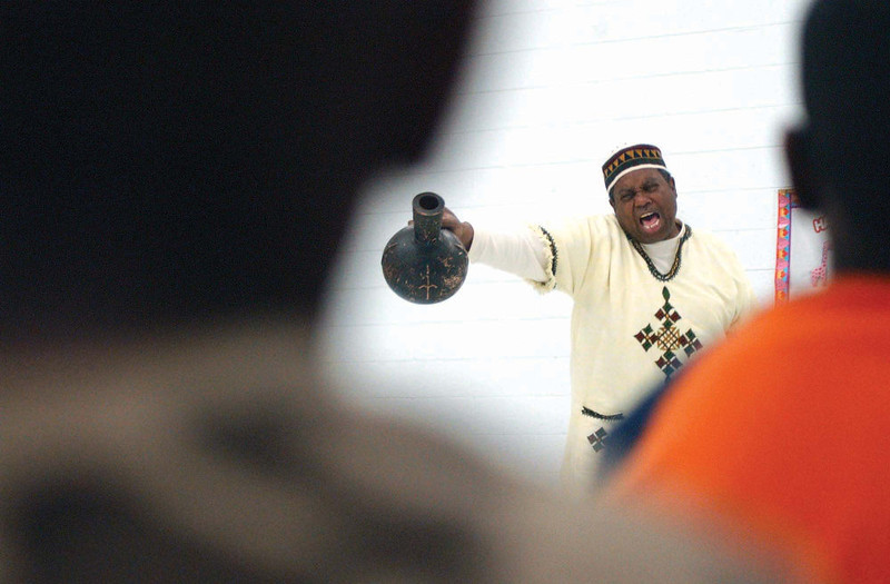 . Artist and retired educator Eric Strong, from Lubbock Texas, gives a presentation on African American storytelling Friday, Feb.15, 2008, at Booker T. Washington Elementary in Hobbs, N.M., in celebration of Black History Month. (AP Photo/Daily News-Sun, Kimberly Ryan)