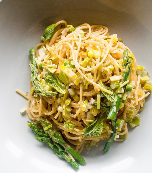 Asparagus_season_has_finally_arrived___Asparagus_spears__mint_and_lemon_leek_cream_spaghettini_in_ten_minutes._Link_is_on_the_profile.__asparaguslove__asparagusseason__asparagus__CatelliFamilies__vegetarian.jpg