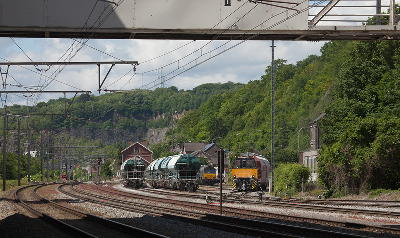 Dumont-Wautier locotracteur 08 and Railtraxx 1266 035 D-DISPO on the 61440 (NK 10:22 - Hermalle 10:44) in Hermalle s/Huy.