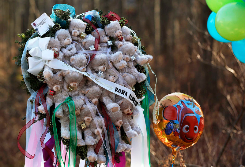 Description of . A memorial made of teddy bears is seen at a makeshift memorial of flowers and balloons next to the Sandy Hook Elementary school sign in Sandy Hook, Connecticut December 15, 2012. Investigators assembled