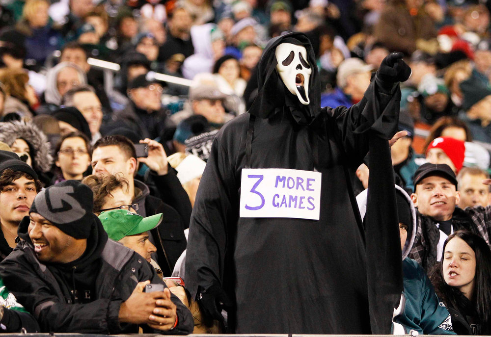 Description of . A Philadelphia Eagles fan expresses his dissatisfaction with the season thus far during their NFL football game against the Cincinnati Bengals in Philadelphia, Pennsylvania, December 13, 2012.  REUTERS/Tim Shaffer