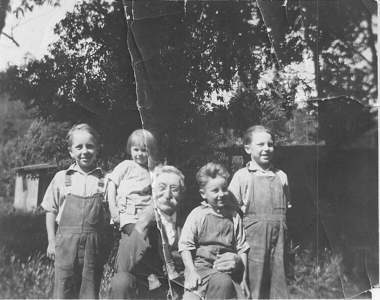 Emil_Gundlach_and_grandkids.jpg