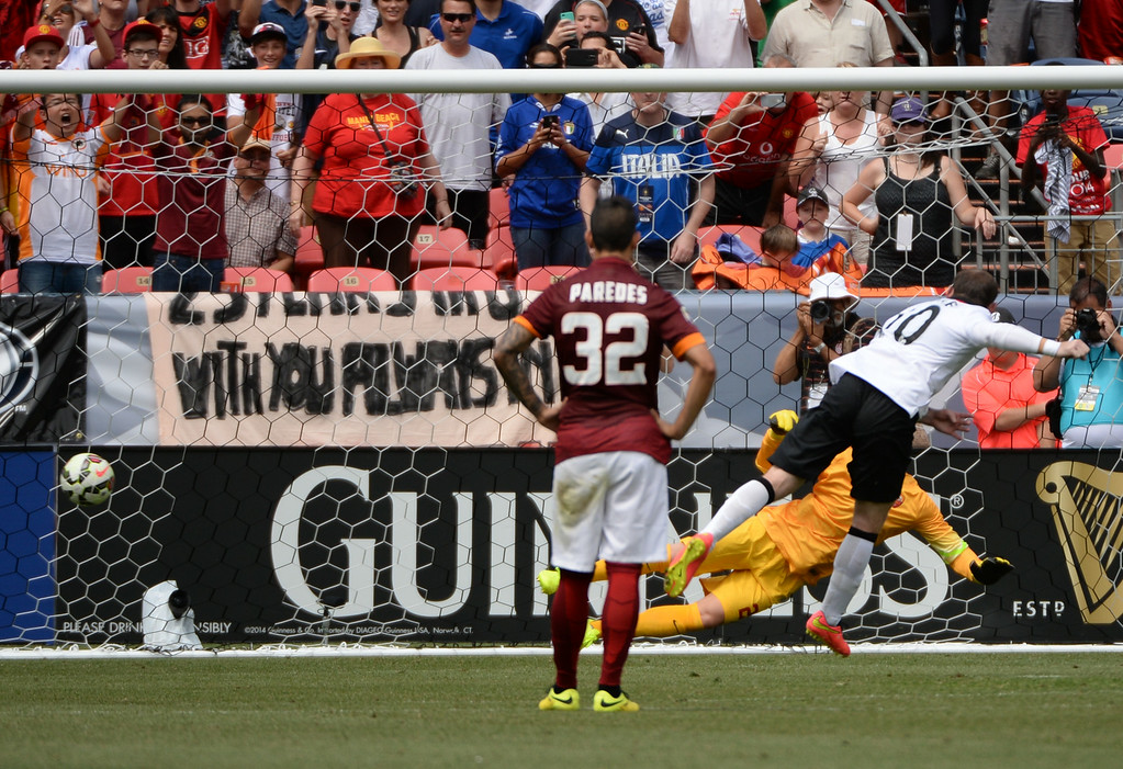 . Wayne Rooney (10) of Manchester United scores 2nd goal of the game against AS Roma in Guinness International Champions Cup 2014 at Sports Authority Field at Mile High. Denver, Colorado, July 26, 2014. (Photo by Hyoung Chang/The Denver Post)