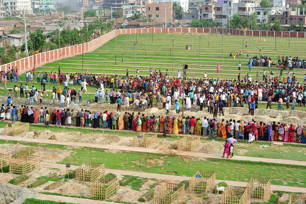 . People gather during a mass burial of unidentified garment workers, who died in the collapse of the Rana Plaza building in Savar, in Dhaka May 1, 2013. REUTERS/Khurshed Rinku