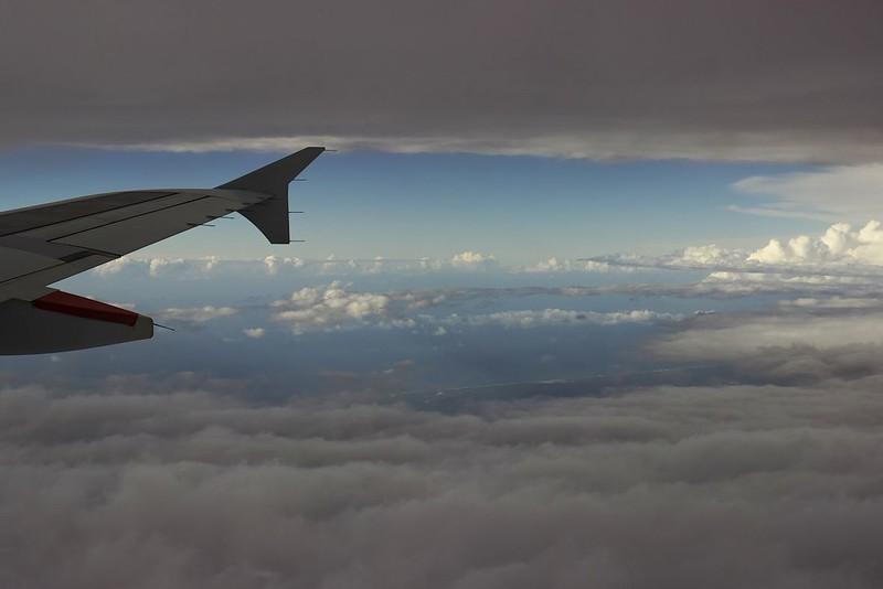 Mezi dvěma vrstvami mraků poblíž portugalského pobřeží. Sestup byl poměrně dobrodružnější, s letadlem to dost házelo. Ostatně pilot se buď vyhýbal ještě horšímu počasí, nebo v průběhu sestupu došlo na lisabonském letišti (kde ještě krátce před naším přistáním dost intenzivně lilo) ke změně dráhy, protože letová trasa rozhodně neodpovídala standardnímu přiblížení pro dráhu, na které jsme nakonec přistávali.