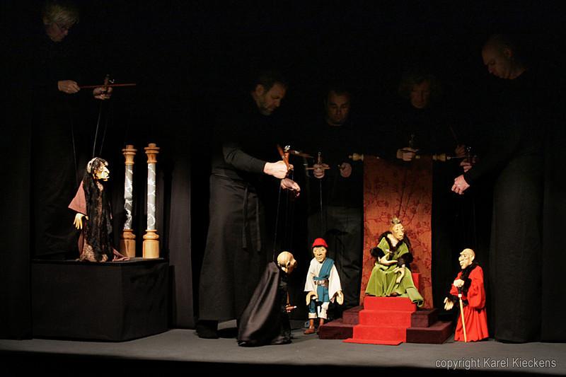 15. Elizabeth : Kom, kom, schoeinbroer Richaar, ... Ge zijt sjarloes op de veroitgank van moi en mijn familje.