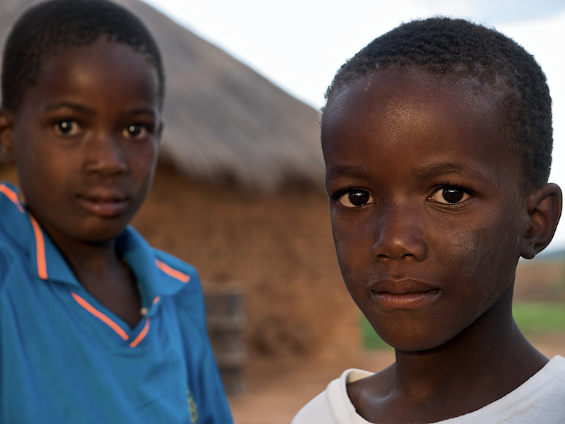 Looking at something strange. Two brothers in Makumba Village, Kalomo District, Zambia. (Foto: Geir)