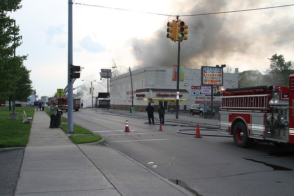 DETROIT MULTIPLE ALARM FIRE IN A COMMERICAL BUILDING ON FENKEL BETWEEN BRAILE & PIERSON (05-22-2011)