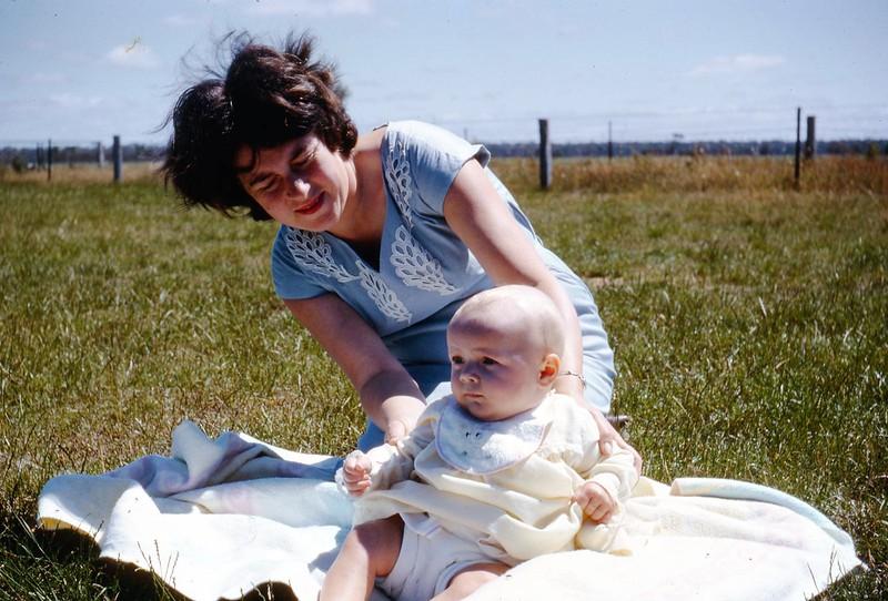 1965-12-8 (9a) Susan 4 mths.jpg