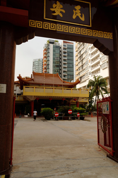 Caught in the middle -  - Kwan Im Tng Temple, Balestier Road, Singapore