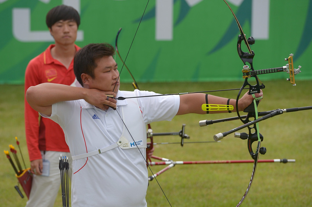 . South Korea\'s Oh Jinhyek competes against China\'s Young Zhiwei during the archey recurve individual men\'s final at the 2014 Asian Games in Incheon on September 28, 2014.PORNCHAI KITTIWONGSAKUL/AFP/Getty Images
