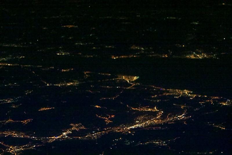 Švýcarsko, Bodanské jezero. V popředí Saint Gallen, vpravo dál na pobřeží Rorschach, osvětlený výběžek uprostřed snímku je Romanshorn.
