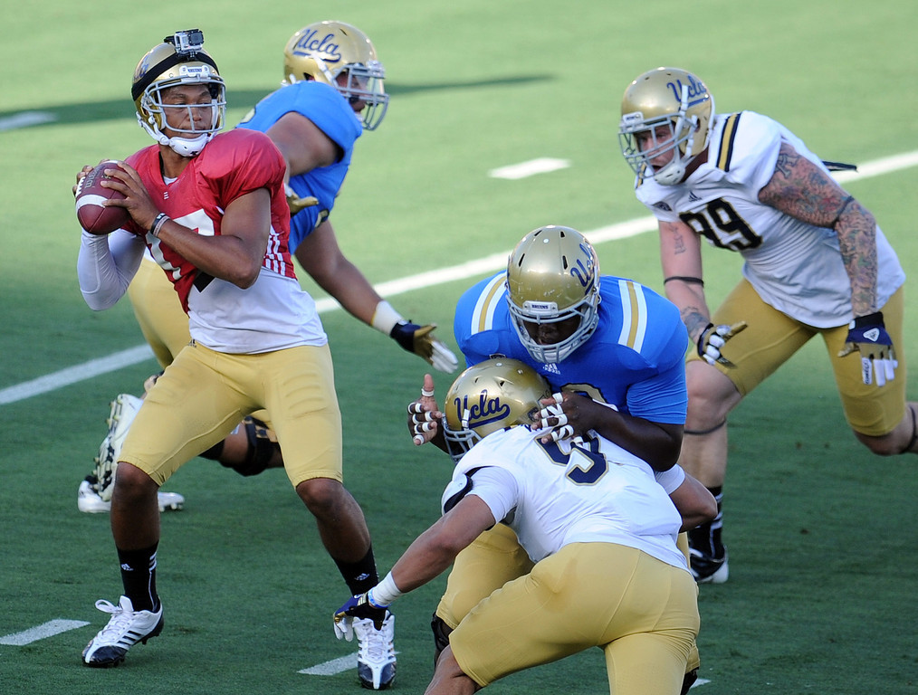 . UCLA quarterback Brett Hundley (17) passes during the football spring showcase college football game in the Rose Bowl on Saturday, April 27, 2013 in Pasadena, Calif.    (Keith Birmingham Pasadena Star-News)