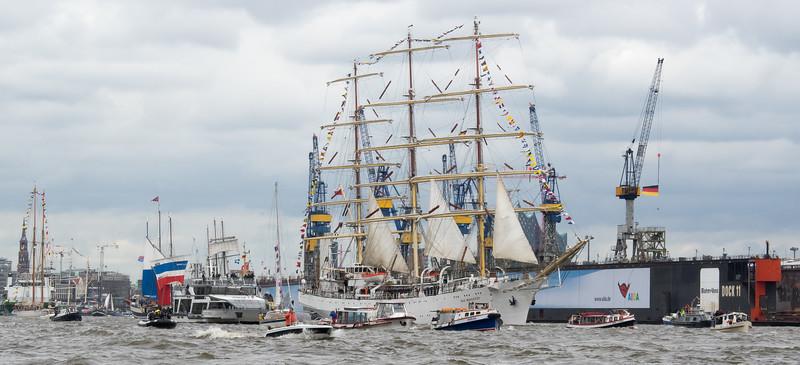 Segler und viele Schiffe auf der Elbe zum Hamburger Hafengeburtstag