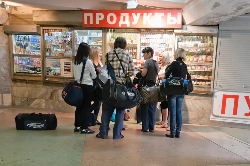 In diesen Unterführungen findet man meistens kleine Läden, wo man Zigaretten und andere Kleinigkeiten kaufen kann.
