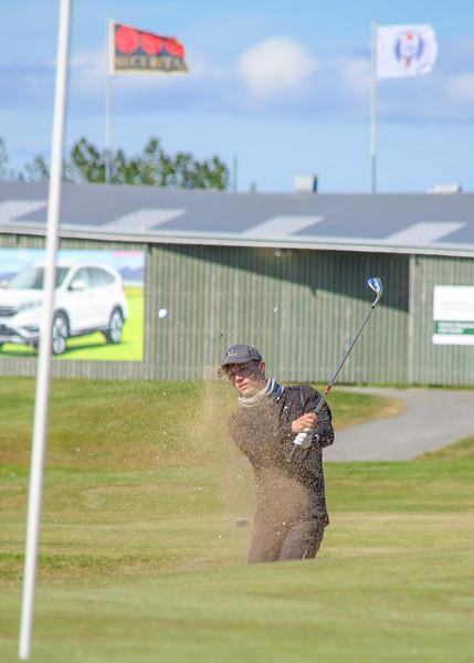 Hlynur Bergsson, GKG, slær úr glompu við 9. flöt á Garðavelli á Akranesi.  Mynd/seth@golf.is