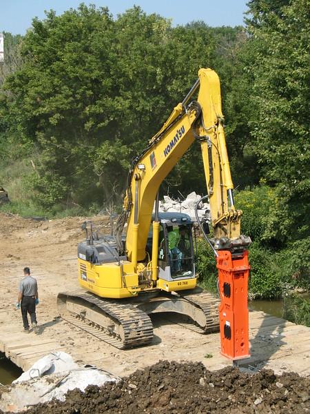 NPK GH10 hydraulic hammer on Komatsu excavator (14).JPG