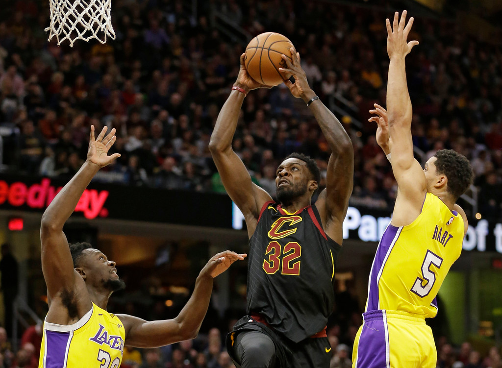 . Cleveland Cavaliers\' Jeff Green (32) drives to the basket against Los Angeles Lakers\' Julius Randle (30) and Josh Hart (5) in the first half of an NBA basketball game, Thursday, Dec. 14, 2017, in Cleveland. (AP Photo/Tony Dejak)