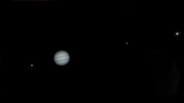 Zleva Io, Jupiter, Europa a Ganymede, Olomouc 4.2.2014 cca. 2:15, SkyWatcher 130/650, Barlow 3x, MS Lifecam Studio, stack cca. 2000 snímků, kompozit dvou expozic (jedna na planetu, druhá na měsíčky).