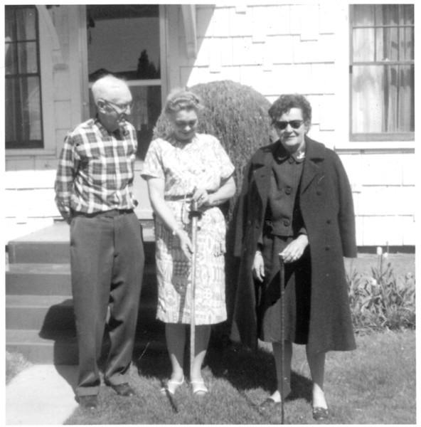 Owen E Kinnard with Coila and Unkown with Cashup Davis Sword (Cashmere, WA)
