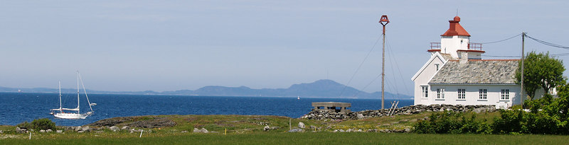 A sailer, a lighthouse and the open ocean. From Tungenes Ligthouse you can see straigth at the open Atlantic. (Foto: Geir)