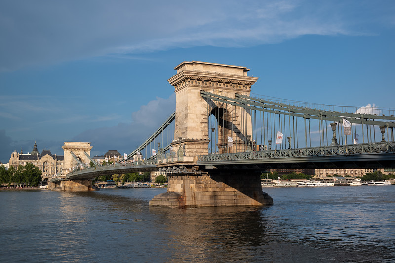 Szechenyi Chain Bridge late afternoon.jpg