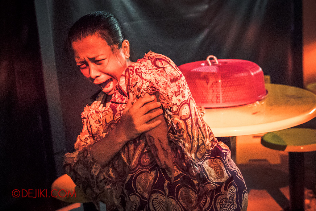 Halloween Horror Nights 6 - Hawker Centre Massacre / Woman in Pain, broken arm