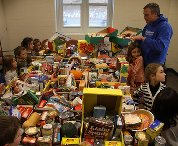 Muddy Brook Elementary school collecting food for Thanksgiving 112213