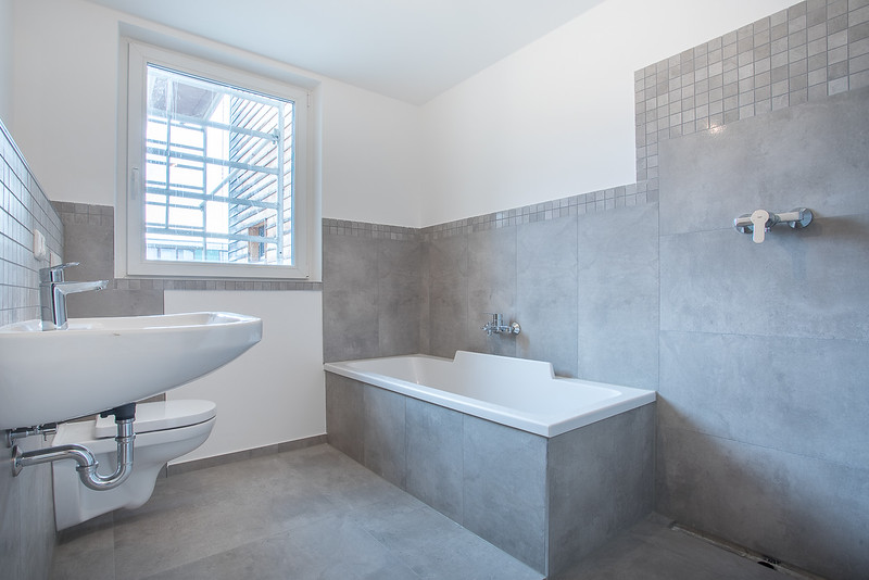 Badezimmer mit Wanne, Dusche & WC