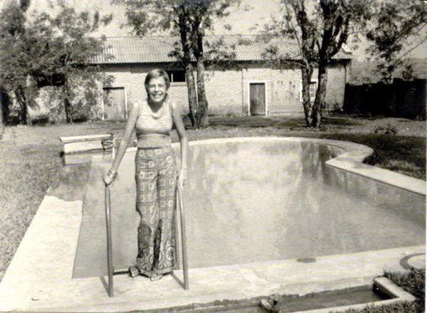 Paula Garraio na sua piscina - casa Administrador do Chitato