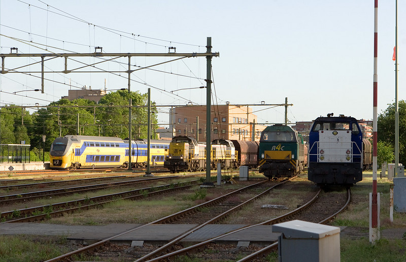 International traffic is the norm in the tricountry area. A set of Dutch IRM EMUs is stopped at the platform as a limestone train powered by two Belgian class 77s gets under way. A Rail4Chem G2000 unit lays over between trains. The unit at far right is a class 6400 owned by Railpro, the Dutch rail infrastructure company.