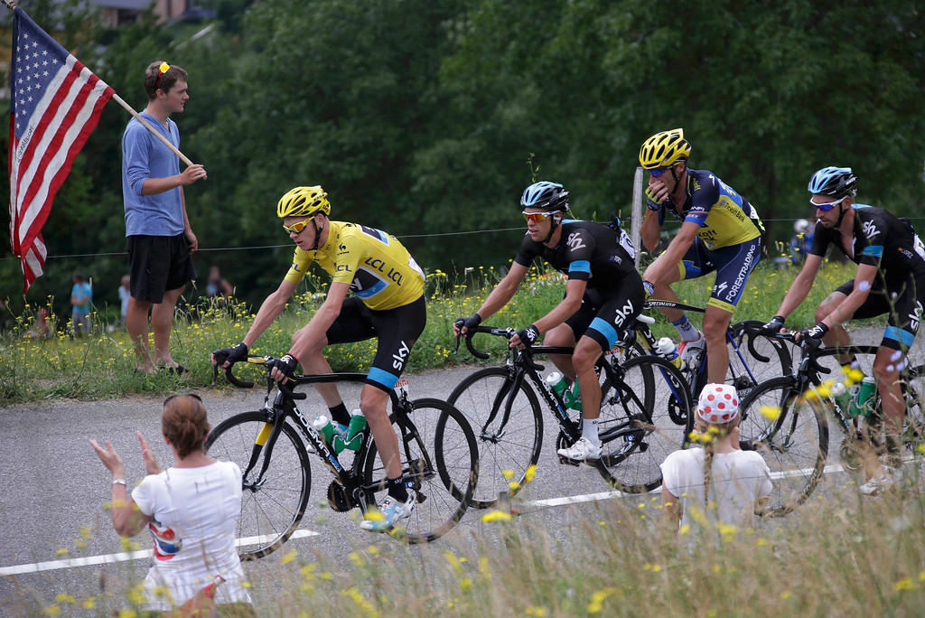 . Race leader jersey holder Team Sky rider Christopher Froome of Britain cycles in the pack during the 204.5 km stage of the centenary Tour de France cycling race from Bourg d\'Oisans to Le Grand Bornand, in the French Alps, July 19, 2013.   REUTERS/Jacky Naegelen