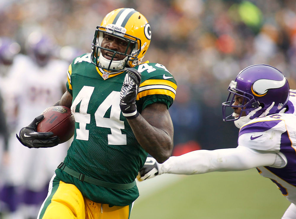 . Green Bay Packers running back James Starks (L) scores a touch down against the Minnesota Vikings during the second half of their NFL football game in Green Bay, Wisconsin December 2, 2012.   REUTERS/Darren Hauck