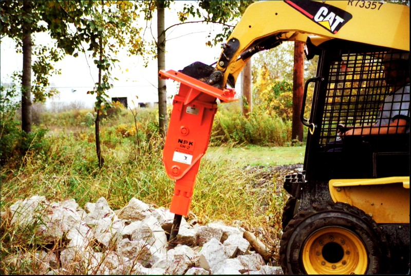 NPK GH2 hydraulic hammer on Cat skidsteer at NPKCE (12).JPG