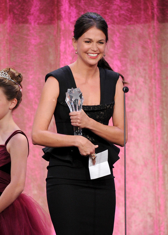 """. Sutton Foster accepts Thalo\'s inspiration award for \""""Bunheads\"""" at the Critics\' Choice Television Awards in the Beverly Hilton Hotel on Monday, June 10, 2013, in Beverly Hills, Calif. (Photo by Frank Micelotta/Invision/AP)"""