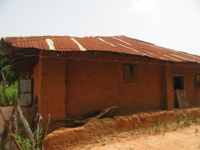 010_Casamance. Maison typique (en banco). 2 de 21. Pas d'électricité, pas  de génératrice, pas de panneau solaire. Pas d'eau courante.JPG