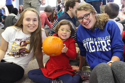 Kindergarteners carve pumpkins with Class of 2017