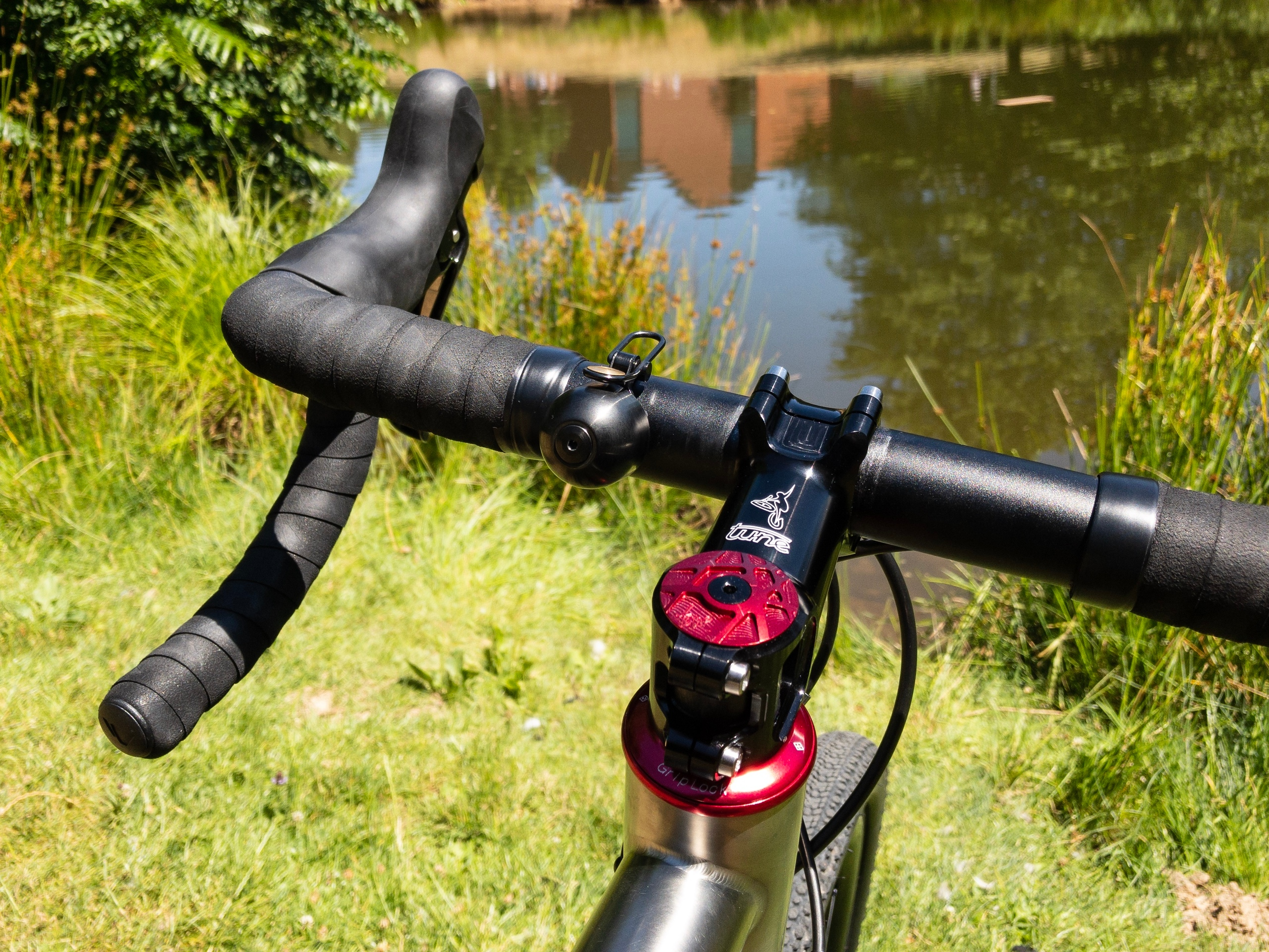 Super bling Tune Geiles Teil 4.0 and a red CNC-machined Tune stem cap