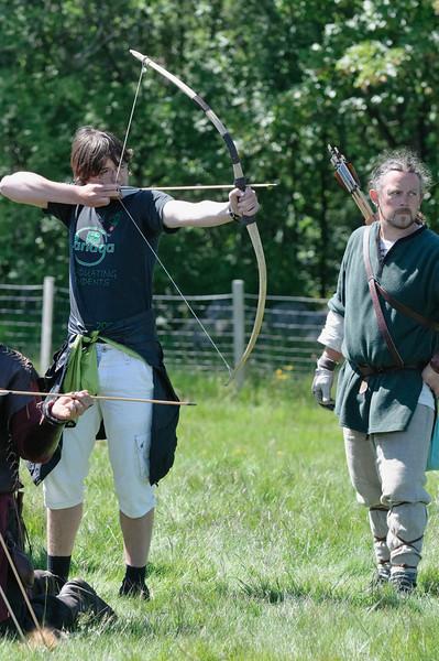 Die Großen vergnügen sich derweil mit Pfeil und Bogen. Ludwig traf mit allen 6 Schüssen die Scheibe!