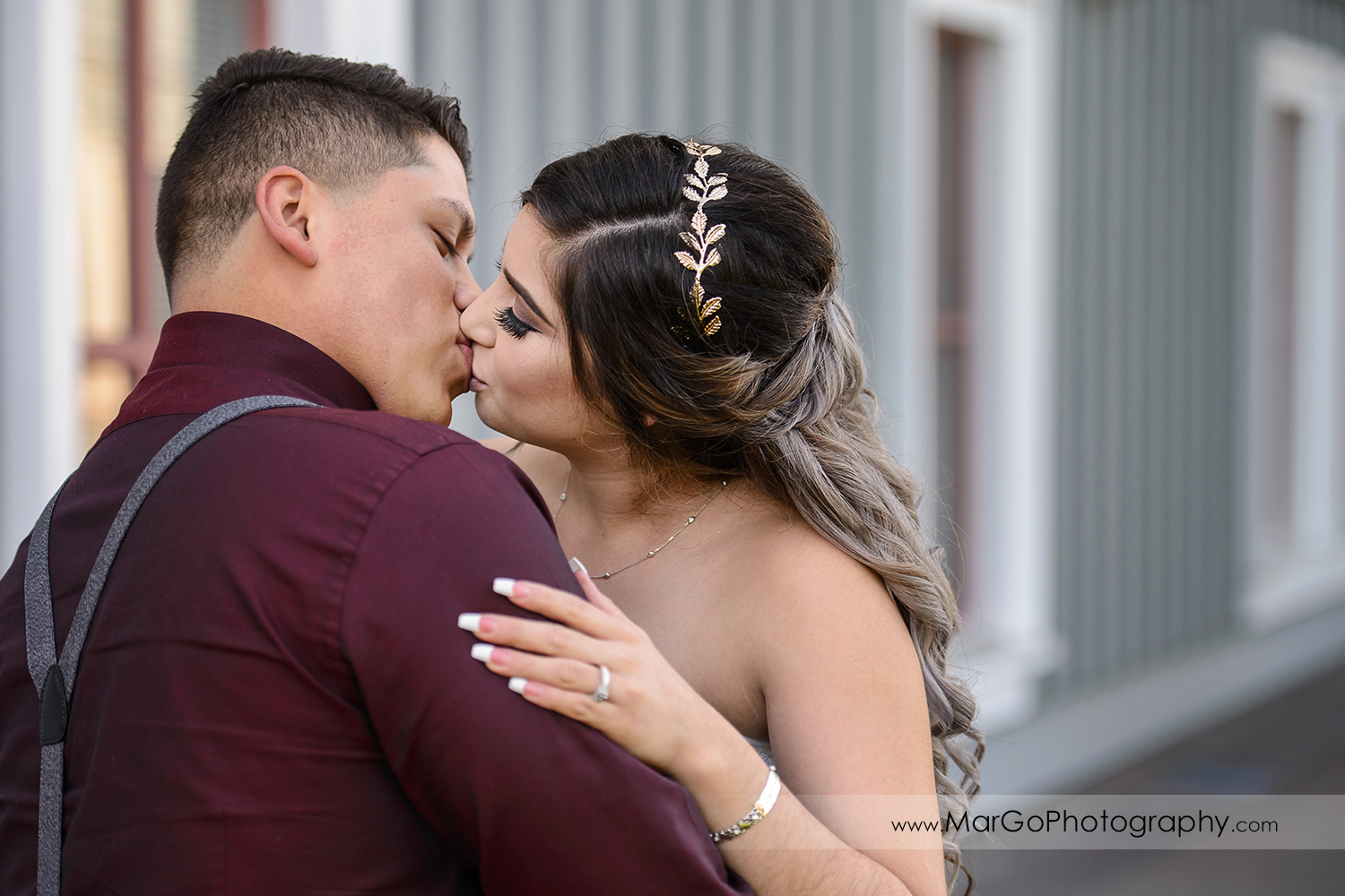 bride and groom kissing at Pleasant Hill City Hall