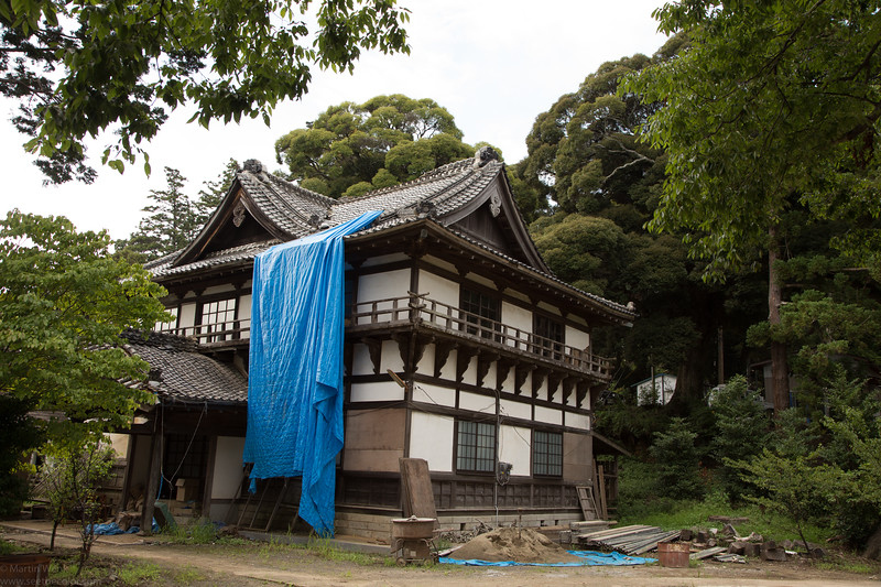 A beautiful house in the grounds of the shrine, under repairs or restoration. The blue tarapolin makes an intersting contrast in this otherwise very harmonious scene.