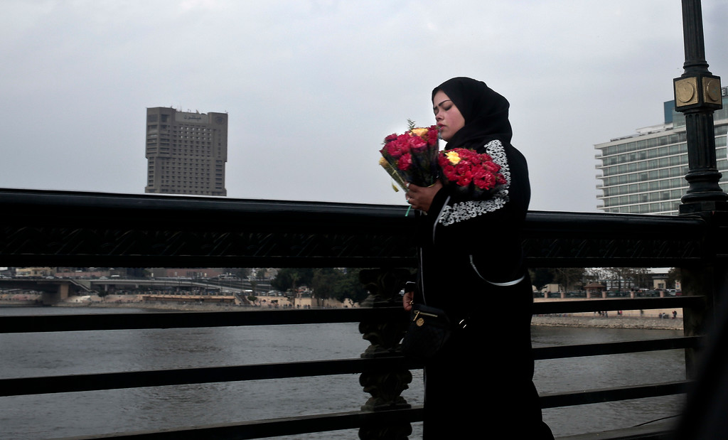 . A woman tries to sell roses on Valentine\'s Day in Cairo, Egypt, Tuesday, Feb. 14, 2017. (AP Photo/Nariman El-Mofty)