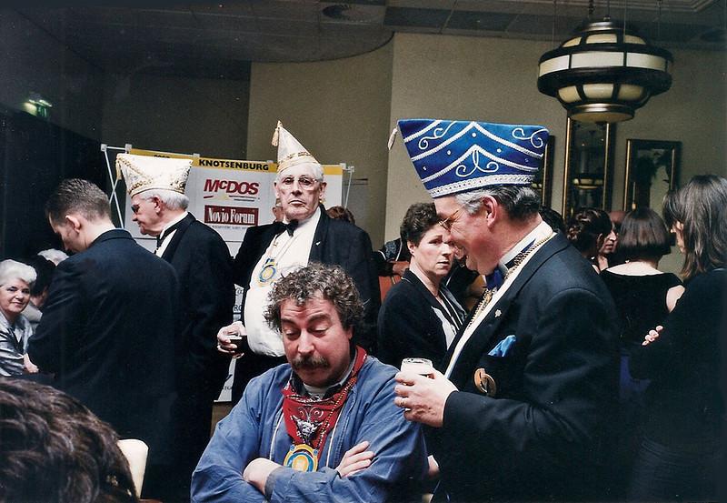 In het midden, zittend, de chauffeur van het Prinsenkabinet, Hans van Benthum met rechts van hem ex-Prins André Smeeman.   Achter in het midden links Jo Meeuwsen en rechts Jo van Son, beide lid van het Eere-Loge