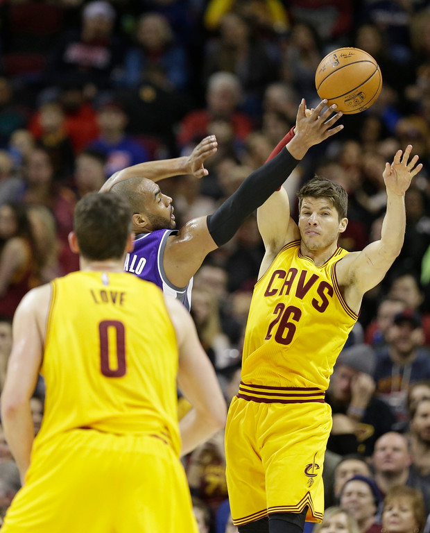 . Cleveland Cavaliers\' Kyle Korver (26) passes to Kevin Love (0) in the first half of an NBA basketball game against the Sacramento Kings, Wednesday, Jan. 25, 2017, in Cleveland. (AP Photo/Tony Dejak)