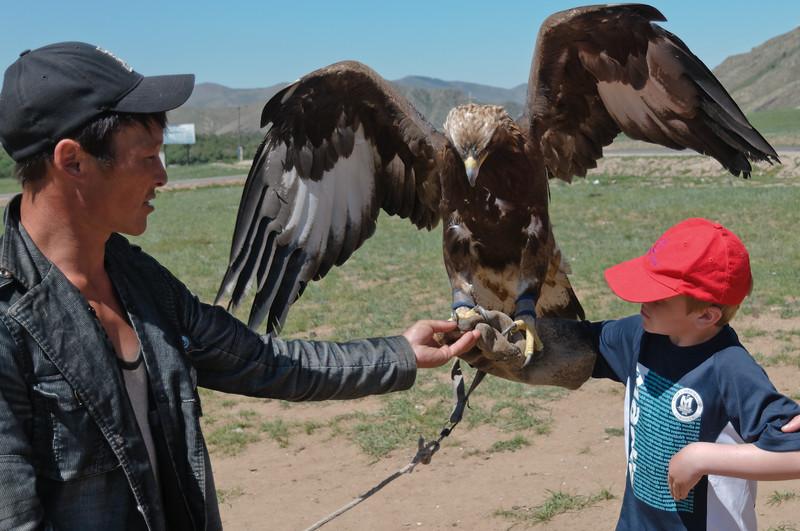 Richard schafft es nur mit hilfe. Gleicht fliegt der Adler mit Richard weg.