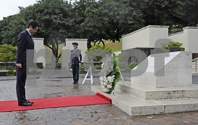 japanese-prime-minister-lays-wreaths-at-hawaii-cemeteries
