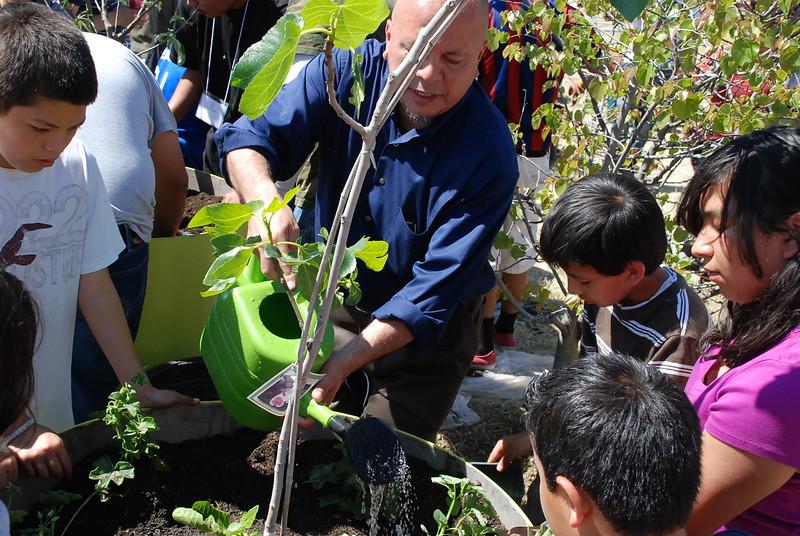 EarthDayLatino_FloraPlanting_2011--04-15_41.JPG