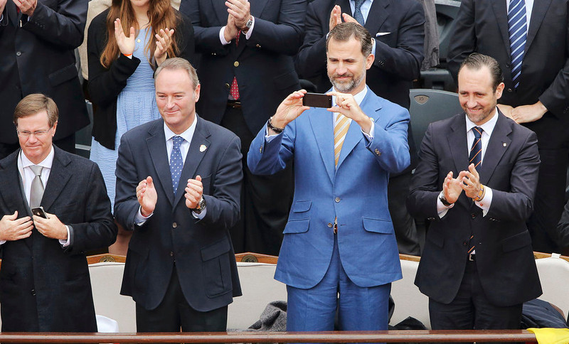 . Spain\'s Crown Prince Felipe (2nd R) takes a photograph during the men\'s singles final match between Rafael Nadal of Spain and compatriot David Ferrer at the French Open tennis tournament at the Roland Garros stadium in Paris June 9, 2013.  REUTERS/Stephane Mahe