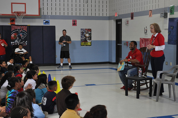 Texan Glover Quin Visits Woodview Elementary