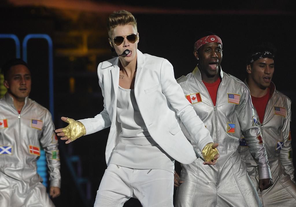 . Canadian singer Justin Bieber (C) performs live in concert at Palacio de los Deportes de Madrid on March 14, 2013.            (CURTO DE LA TORRE/AFP/Getty Images)